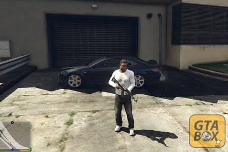 Франклин стоит около спорткара