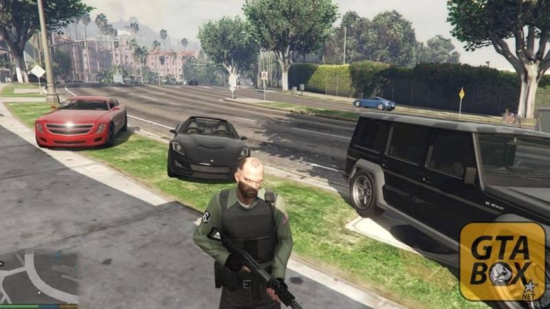Тревор стоит около элитных автомобилей