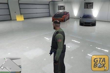 Тревор в гараже с тачками