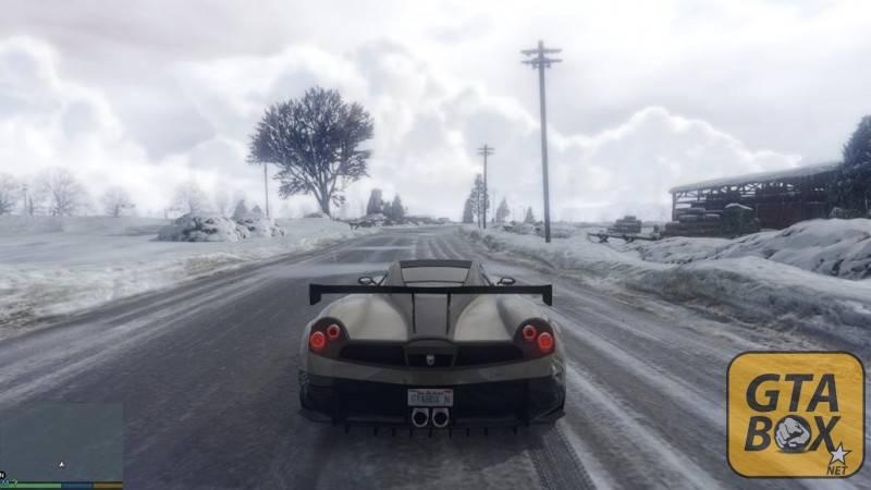 Тревор на спорткаре в снежном городе