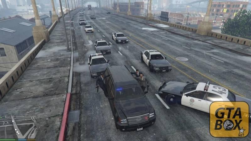 Агенты и Тревор едут по шоссе с эскортом