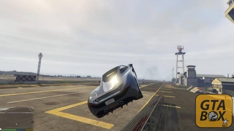 Спорткар на огромной скорости летит над военной базой