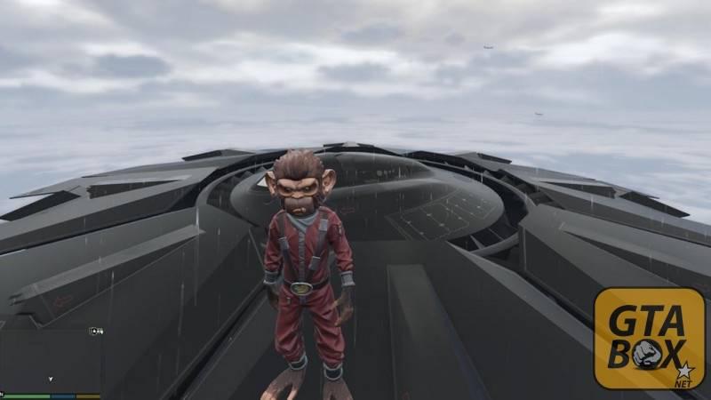 Тревор в костюме обезьяны на НЛО в небе