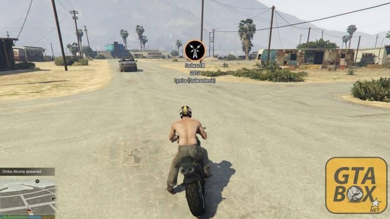 Тревор на мотоцикле слушает радио
