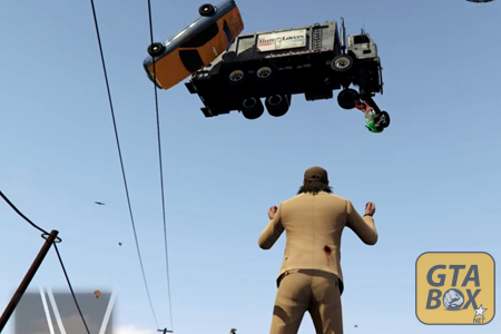 Тревор поднимает машины в небо