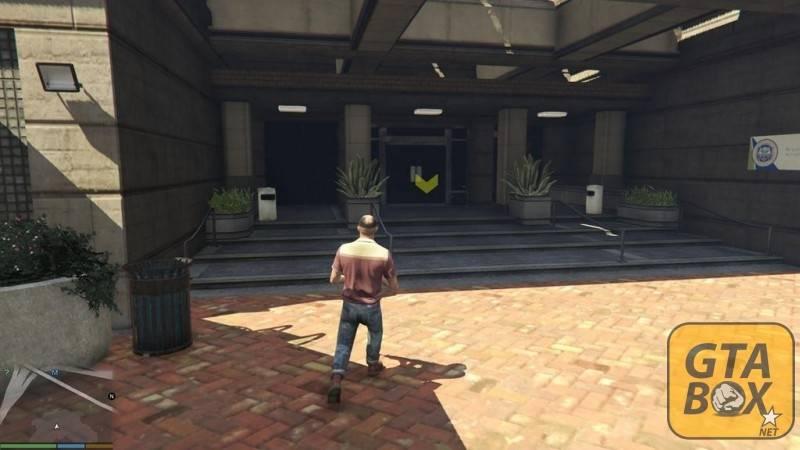 Тревор около офиса SWAT