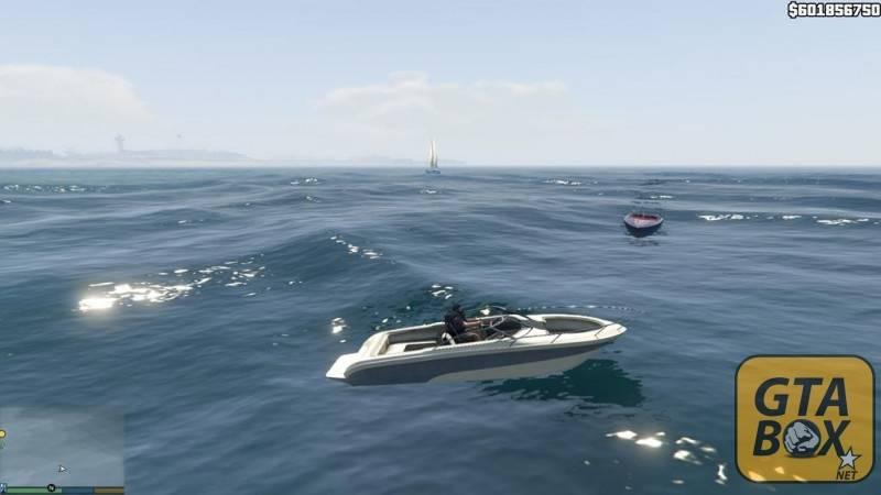 Майкл на лодке посреди моря