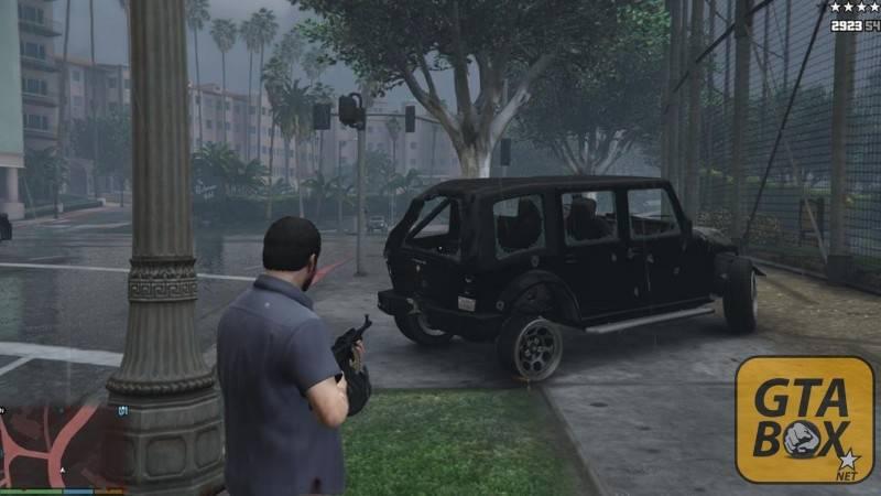 Помятый багажник автомобиля от выстрелов