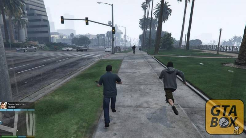 Майкл с оружием бежит за человеком