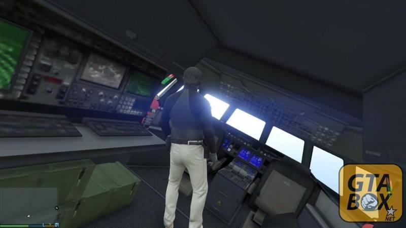 Майкл свободно перемещается по кабине