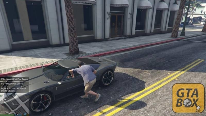 Майкл ломает стекло у машины
